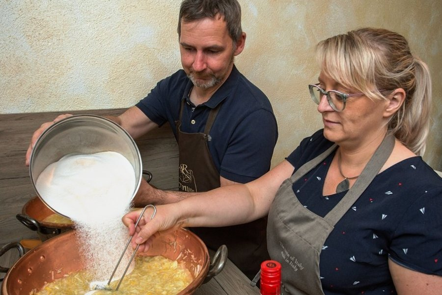 Yvonne und André Richter beim Kochen von Marmelade. Etwa 20 verschiedene Rezepturen setzen sie regelmäßig um.