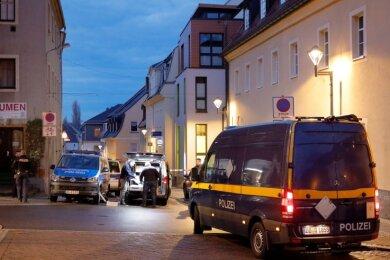 Polizei und Spurensicherung waren am frühen Samstagmorgen in der Badbergstraße in Frankenberg im Einsatz. Hier wurde gegen 4 Uhr ein Geldautomat gesprengt.