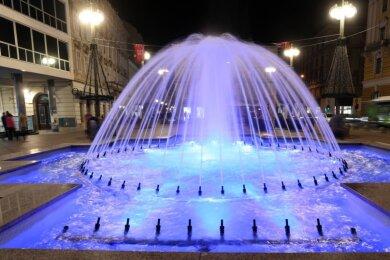 Die Kulturhauptstädte 2020, Galway in Irland und Rijeka in Kroatien, sind von Corona schwer getroffen. Samstagnacht wurden zwar in Rijeka öffentliche Plätze blau beleuchtet (Foto) - Anlass war der Weltdiabetikertag. Die meisten Aktivitäten der Kulturhauptstadt aber sind in diesem Jahr geplatzt. Um der Krise gerecht zu werden, hat die EU nun einen neuen Zeitplan für die kommenden Jahre beschlossen.