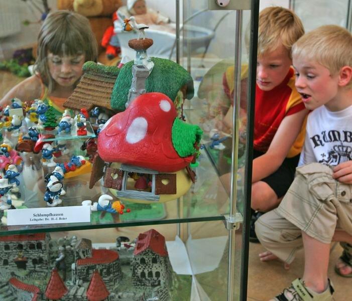 Claudia, Julian und Nico (von links) waren extra aus Zwickau gekommen, um die Spielzeugausstellung im Werdauer Museum zu besuchen.