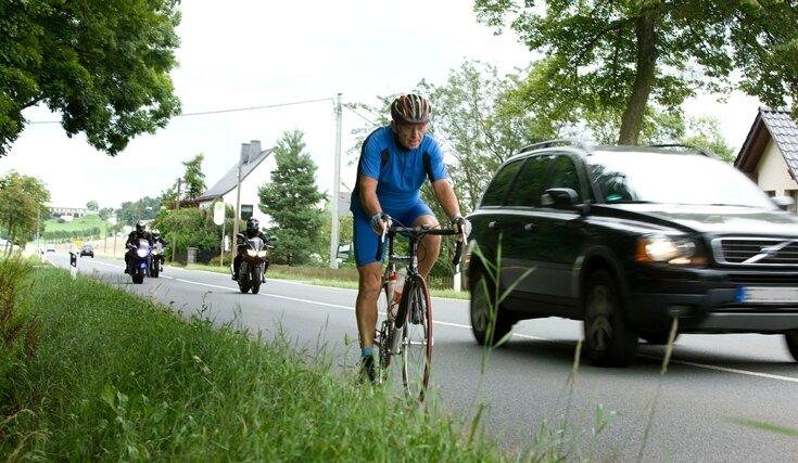 """<p class=""""artikelinhalt"""">Gefährliche B 92: Horst Bräutigam aus Netzschkau muss die Straße in Höhe des """"Heiteren Blicks"""" mit Autos und Motorrädern teilen. </p>"""