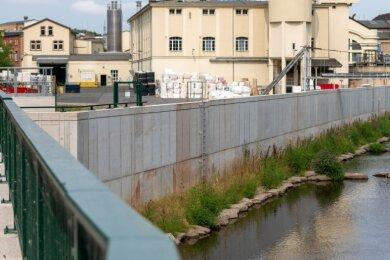 An der Peniger Papierfabrik ist die Schutzwand bereits fertig. Die Lücke wurde im vergangenen Jahr geschlossen.