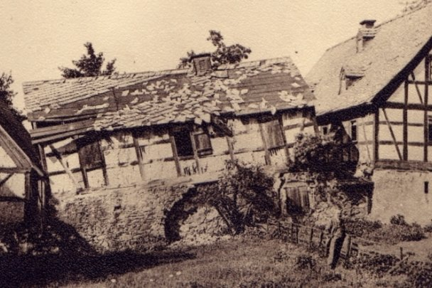 Dieses Bild zeigt anschaulich Bergschäden am Bauerngut am Bockwaer Weg 1 zu Beginn des 20. Jahrhunderts.