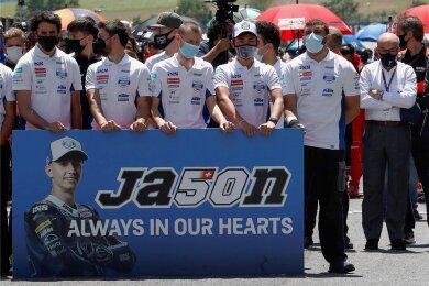 Das Team des sächsischen Rennstalls PrüstelGP sowie das gesamte Fahrerfeld gedachten in einer Schweigeminute vor dem MotoGP-Rennen des tödlich verunglückten Schweizers Jason Dupasquier.