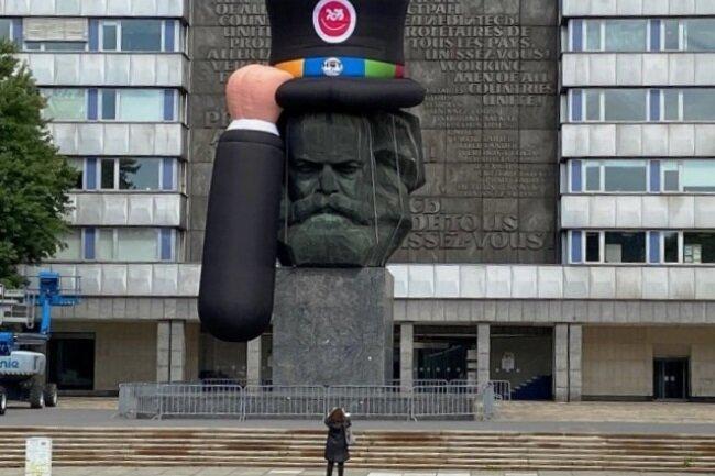 Kaum hatte das Marx-Monument am Donnerstag den Hut auf, wurde es zum Fotomotiv. Der Zylinder soll auf das Hutfestival am ersten Septemberwochenende in der Stadt hinweisen.