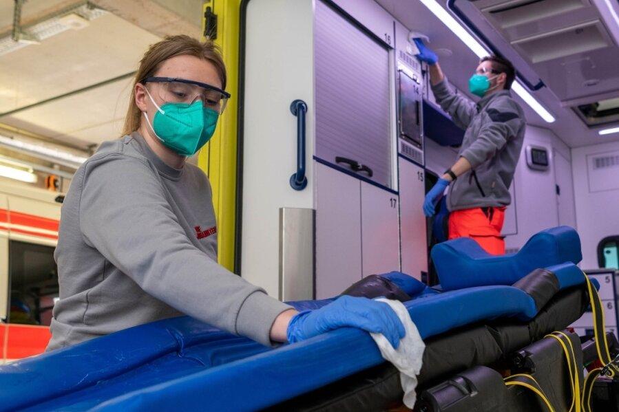 In der Rettungswache Penig, die von der Johanniter Unfallhilfe betrieben wird, sind auch Notfallsanitäterin Elisabeth Wuttke und Rettungssanitäter Joshua Lüpke tätig. Zu ihren Aufgaben, wie im Bild, gehört die Routinedesinfektioneines Rettungswagens.