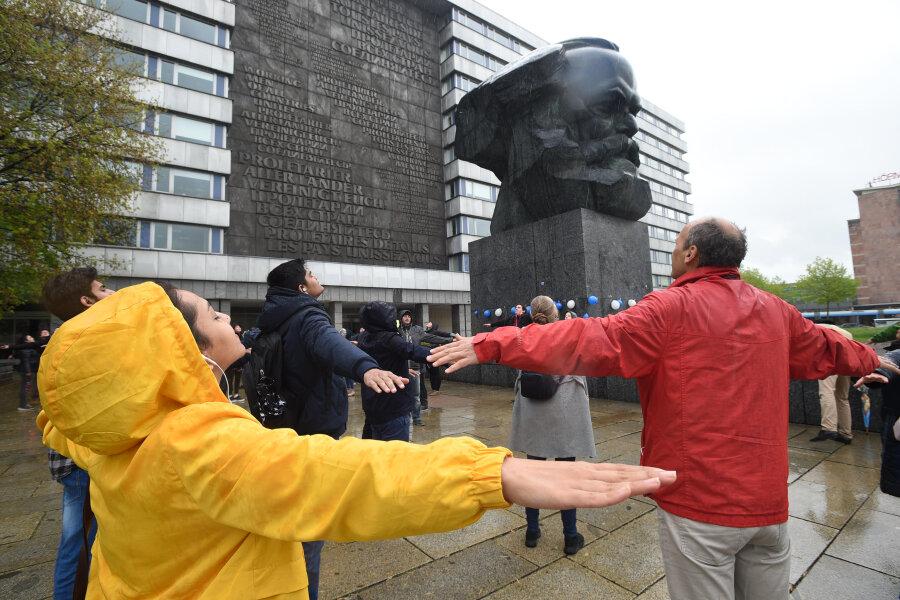 Für eine lebenswerte Zukunft: Unicef-Aktion am Marx-Monument