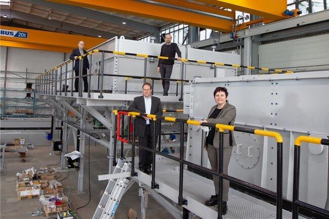 Neue Halle, neue Anlagen: Baubürgermeisterin Kerstin Wolf ließ sich am Dienstag von Geschäftsführer Thorsten Wichmann die neue Montagehalle zeigen. Mit dabei waren auch Werksleiter Heiko Hessel (hinten rechts) und Ralf Engasser, zuständig für die strategische Fertigung.