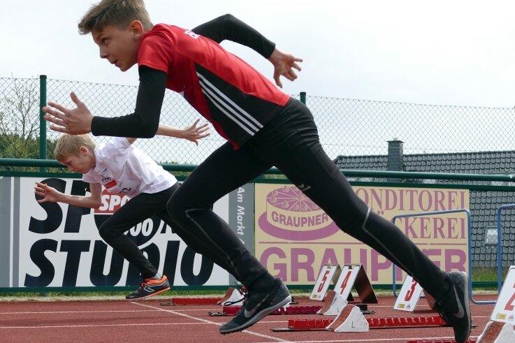 Die beiden M-12-Starter Marc Buschmann (vorn) und Karl-Laurenz Fiedler vom LV 90 Erzgebirge beim Start des 75-Meter-Sprints.