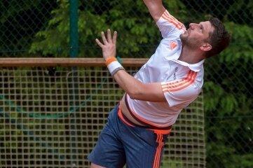 Riccardo Seifert vom TC Marienberg setzt zum Schmetterball an - zum Sieg reichte es nicht.