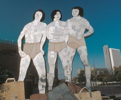 """Herrenslips mit Eingriff gehörten im Jahr 2002 im Rahmen der Kunstaktion """"In Sicht"""" sogar zum Chemnitzer Stadtbild - in Gestalt dieses Objekts des Künstlers Jan Kummer am Johannisplatz."""