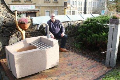 Dietmar Vogel an der neuen Wasserstelle auf dem Friedhof in Hohenfichte. Er hat viel Lob für das jüngste Gemeinschaftsprojekt erhalten.