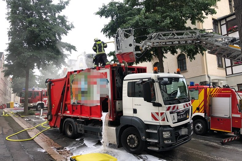 Müllfahrzeug gerät in Brand