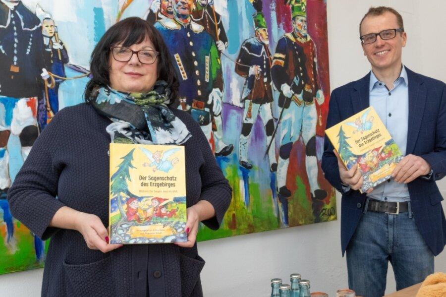 """Alexander Krauß - im Bild mit Gabriele Lorenz - hat das Buch """"Der Sagenschatz des Erzgebirges"""" herausgebracht."""