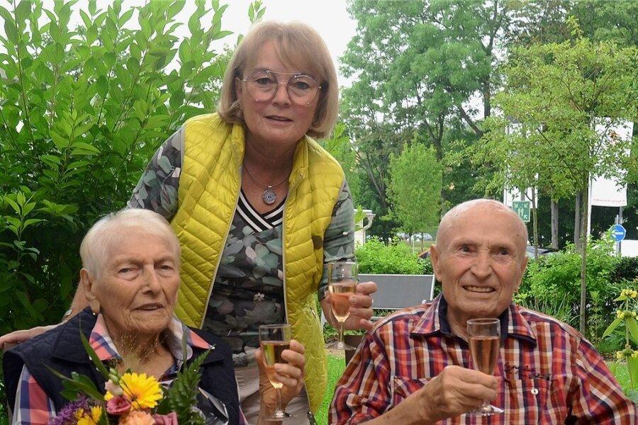 Marlene und Eberhard Planitzer feiern am heutigen Mittwoch in der Rodewischer K&S-Seniorenresidenz das seltene Fest der Gnadenhochzeit. Hier stoßen sie mit Tochter Ilona Rohwasser (64) auf 70 Ehejahre an.