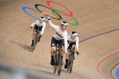 Drei Fahrerinnen des deutschen Teams Lisa Brennauer (l-r) , Lisa Klein und Franziska Brausser freuen sich über ihre Leistung. (Teammitglied Kröger nicht im Bild) Die Fahrerinnen haben einen neuen Weltrekord aufgestellt.
