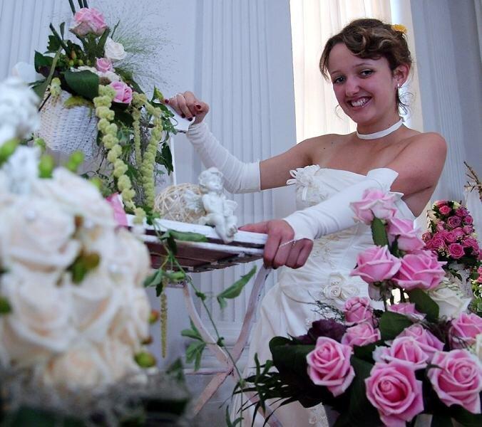 """<p class=""""artikelinhalt"""">Rosenprinzessin Lisa Schmutzler zeigte sich dem Publikum im Brautkleid. </p>"""