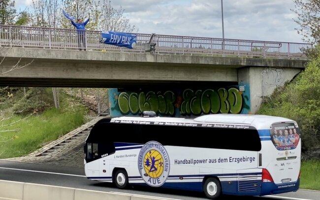 Jens Krüger vom EHV Fanclub Viktoria 96 überraschte den EHV Aue auf dem Weg nach Fürstenfeldbruck an der A72 in Großfriesen.