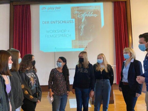 Nach der Premiere. Filmemacherin Nancy Brandt mit Netzschkauer Schülerinnen.