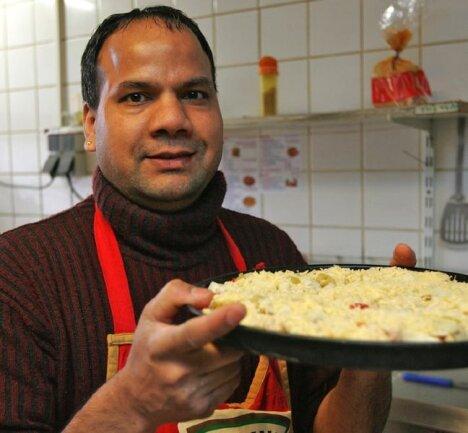 """<p class=""""artikelinhalt"""">Seit zwölf Jahren betreibt Sucha Lohtia in Werdau eine Pizzeria. Sein Bruder Jiwan Lohtia (im Bild) ist beim Pizza-Express an der Uferstraße der Küchenchef. Beide Männer kommen ursprünglich aus Indien.</p>"""