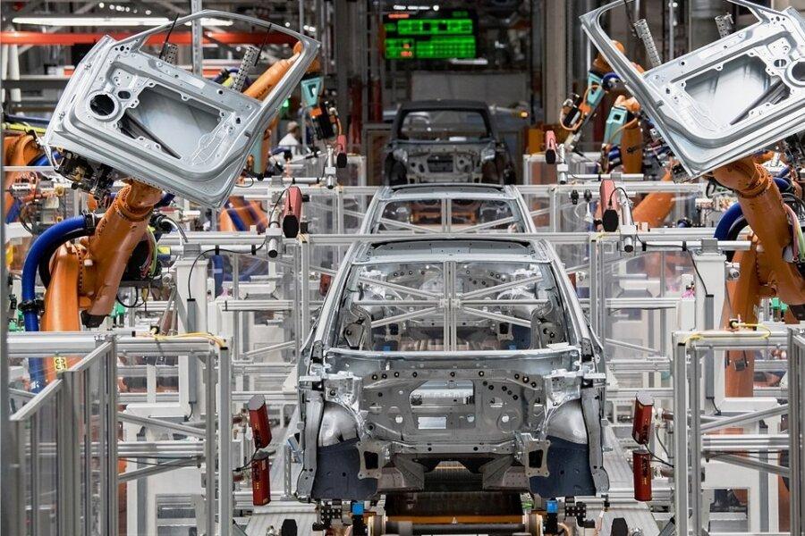 Im Karosseriebau des Zwickauer Volkswagen-Werkes montieren Roboter die Türen eines VW ID.3.
