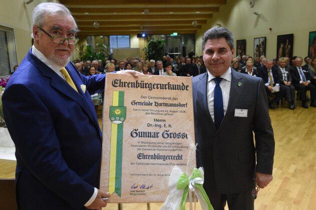 Hartmannsdorf Firma Komsa Festakt Ehrenbürger Gunnar Grosse wird Ehrenbürger (links) von Hartmannsdorf. Bürgermeister Uwe Weinert überreichte die Urkunde.