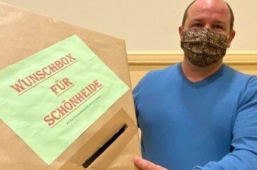 René Lenk hat eine Wunschbox für Schönheider gebastelt und wirbt für mehr Miteinander im Gemeinderat.