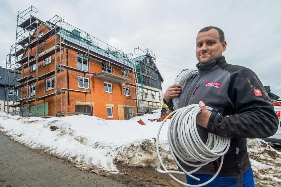 Seit 2014 wurden insgesamt 66 nichtkommunale Vorhaben mit Leader-Zuschüssen unterstützt. So in Hormersdorf, wo dieser Umbau einer Scheune zu einem Wohnhaus (im Foto Elektriker Jens Nobis, der zurzeit dort arbeitet) noch im Gange ist.