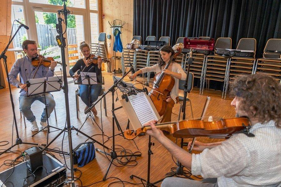 Das Archos Quartet bei den Aufnahmen in Rodewisch, von links nach rechts: Filip Jeska (Violine 1), Maria Odvody (Violine 2), Francesca Fiore (Cello) und Radenko Wilmers (Viola).