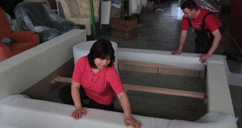 Siegrid Bergelt und Thomas Ameis haben am Mittwoch das neue Bett vorgepolstert. Sie bringen hier eine Schicht Vlies über dem Schaumstoff auf