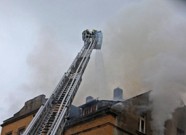 Beim Eintreffen der Feuerwehr stand das Dachgeschoss bereits in Flammen