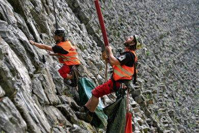 Die Sicherheitstechnik für die Kletterer befindet sich auf der Mauerkrone - hier ein Bild von der Reinigung der Talsperre Saidenbach.