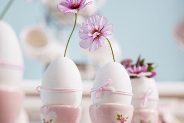 Ohne Eier als Deko geht es an Ostern kaum - warum sie also nicht als Blumenvasen verwenden?