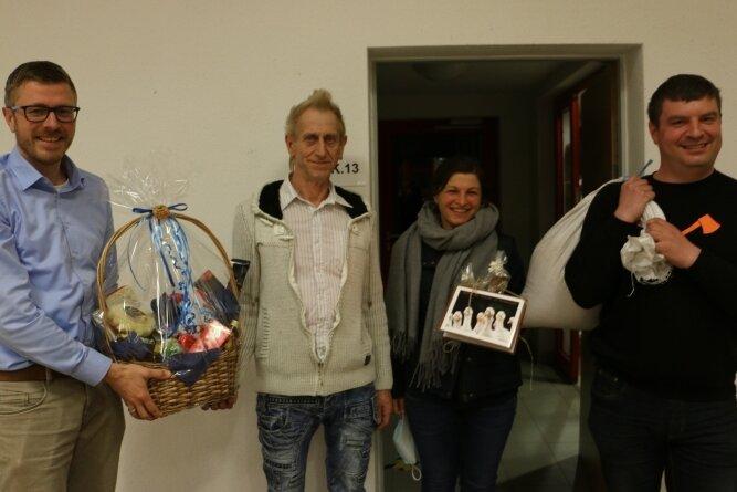Bürgermeister Michael Frisch (links) hat Luz Woratsch (2. von links) mit einem Präsentkorb in den Ruhestand verabschiedet. Katrin Spinnler und Frank Hauenschild bedankten sich im Namen des Gemeinderates mit einem Gänse- Gutschein und einen Sack Futtermittel für die geleistete Arbeit.