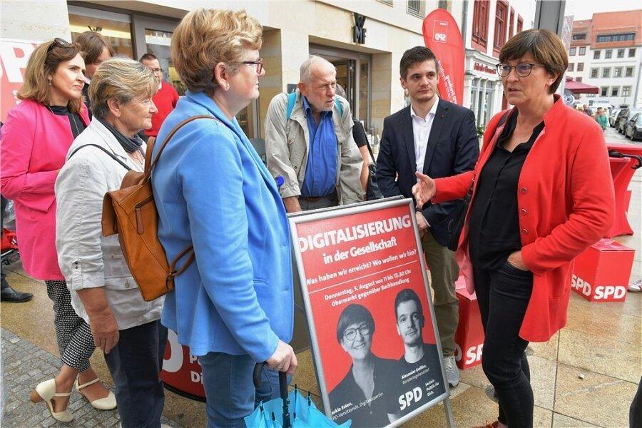 Die SPD-Vorsitzende Saskia Esken (r.) und Alexander Geißler (2. v. r.), mittelsächsischer Direktkandidat der Partei, sprechen auf dem Freiberger Obermarkt mit Bürgerinnen und Bürgern der Stadt.