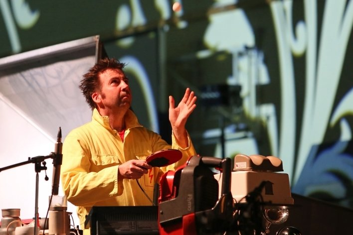 Kann man mit Alltagsgegenständen und elektrischen Geräten Musik machen? Man kann - finden die sechs Musiker des 1. deutschen Stromorchesters und zeigen das unter anderem anhand eines Tennisballs.