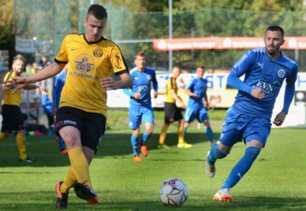 Vier Jahre lang lief Felix Lietz (links/hier in einem Heimspiel gegen Wacker Nordhausen) für den VfB Auerbach auf und schaffte mit den Vogtländern jeweils den Klassenerhalt in der Regionalliga.