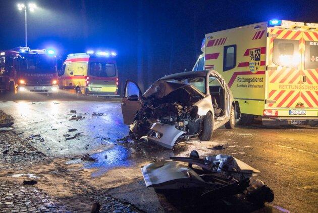 Zwei Schwerverletzte bei Kollision in Dittmannsdorf - Unfallfahrer flüchtet