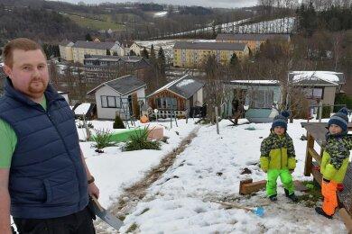 Marko Weiß reparierte am Donnerstagnachmittag mit seinen vierjährigen Zwillingen Charlie und Franklin die Schäden, die durch den Einbruch entstanden sind.