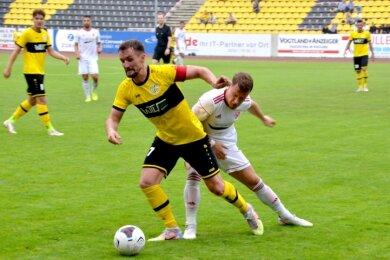 VFC-Kapitän Marian Albustin (vorn am Ball) führte sein Team zum 1:0-Auftaktsieg gegen den Ludwigsfelder FC.