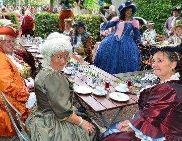 Mitglieder des Barockvereins Dresden genossen Kaffee und Kuchen.