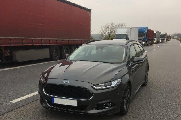 Auf der Überholspur geparkt: der in Leipzig gestohlene Ford Mondeo.