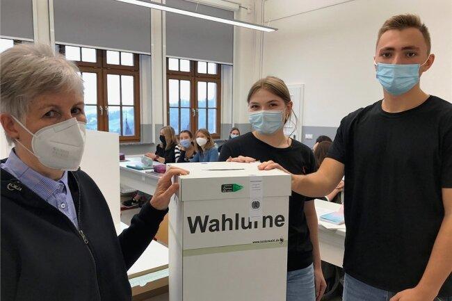 Die Juniorwahl im Bertolt-Brecht-Gymnasium Schwarzenberg: die Pädagogin Barbara Tennert sowie die Schüler Emma und Fynn.