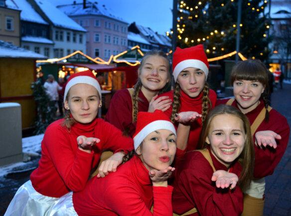 Die Tänzerinnen der Dancing Sox des SV Turbine Frankenberg haben den Weihnachtsmann auf dem Markt in Frankenberg mit Auftritten begleitet.