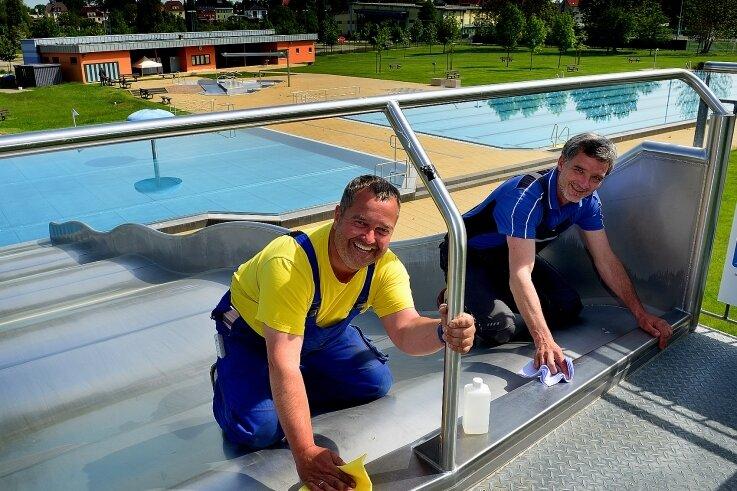 Die Schwimmmeister René Fucik (l.) und Jan Seitz bereiten das Freibad Mittweida auf den Saisonstart vor.