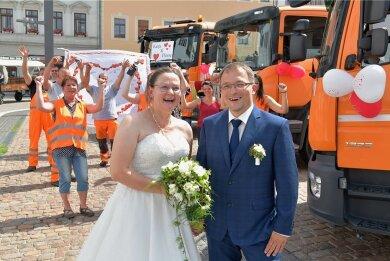 Frisch getraut: Katja und Pierre Höppner freuten sich riesig über den  Empfang durch ihre Kollegen auf dem Freiberger Obermarkt.