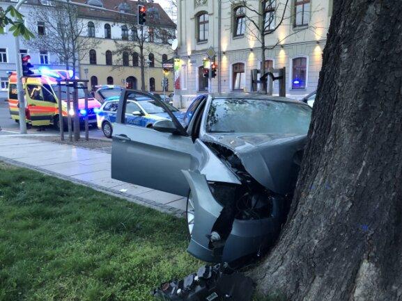 Ein BMW-Fahrer hat am Sonntagabend die Kontrolle über sein Fahrzeug verloren.