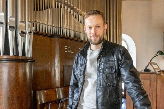 """Pfarrer Ephraim Rüger vor der Orgel in der Kirche Steinbach. Auf dem Instrument aus dem Jahr 1932 wird die diesjährige Orgelfahrt Erzgebirge eröffnet. 18.30 und 20 Uhr heißt es am 4. Juni """"Ein Abend mit Bach""""."""