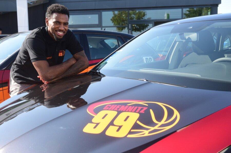 Isiaha Mike durfte in dieser Woche seinen neuen Dienstwagen in Empfang nehmen. Ein Autohaus hat die Bundesligamannschaft der Niners mit Modellen ausgestattet, in die auch die großen Sportlern bequem hineinpassen.