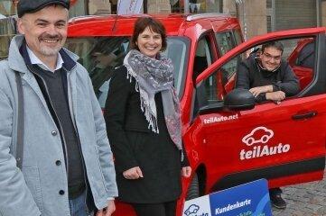 Da lachen die Carsharing-Fans Dominik Jahre (li.) und Jenny Hauser (re.) mit Regionalchef Martin Schmidt (im Auto). Geholfen haben Wirtschaftsförderin Sandra Hempel (2. v. li.) und Verkehrsexpertin Antje Heym. Auch OB Constance Arndt freute sich. Das mache Zwickau großstädtischer.